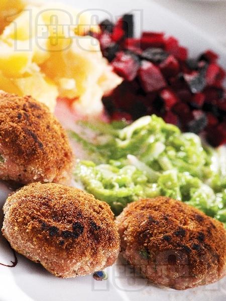 Пържени кюфтета от херинга със савойско зеле с картофи и индийско орехче - снимка на рецептата